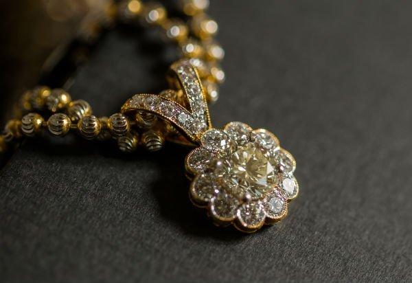 dettaglio di una collana con pietre preziose