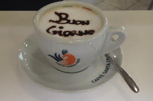 Un cappuccino decorato con la scritta