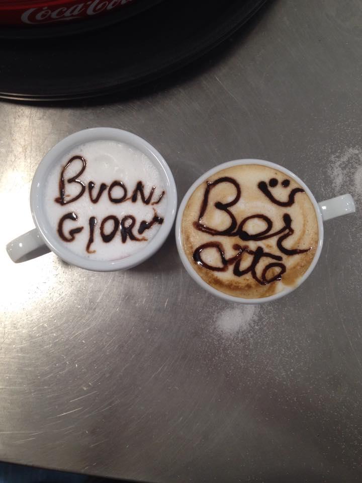 Due tazze di cappuccino decorate: una con la scritta