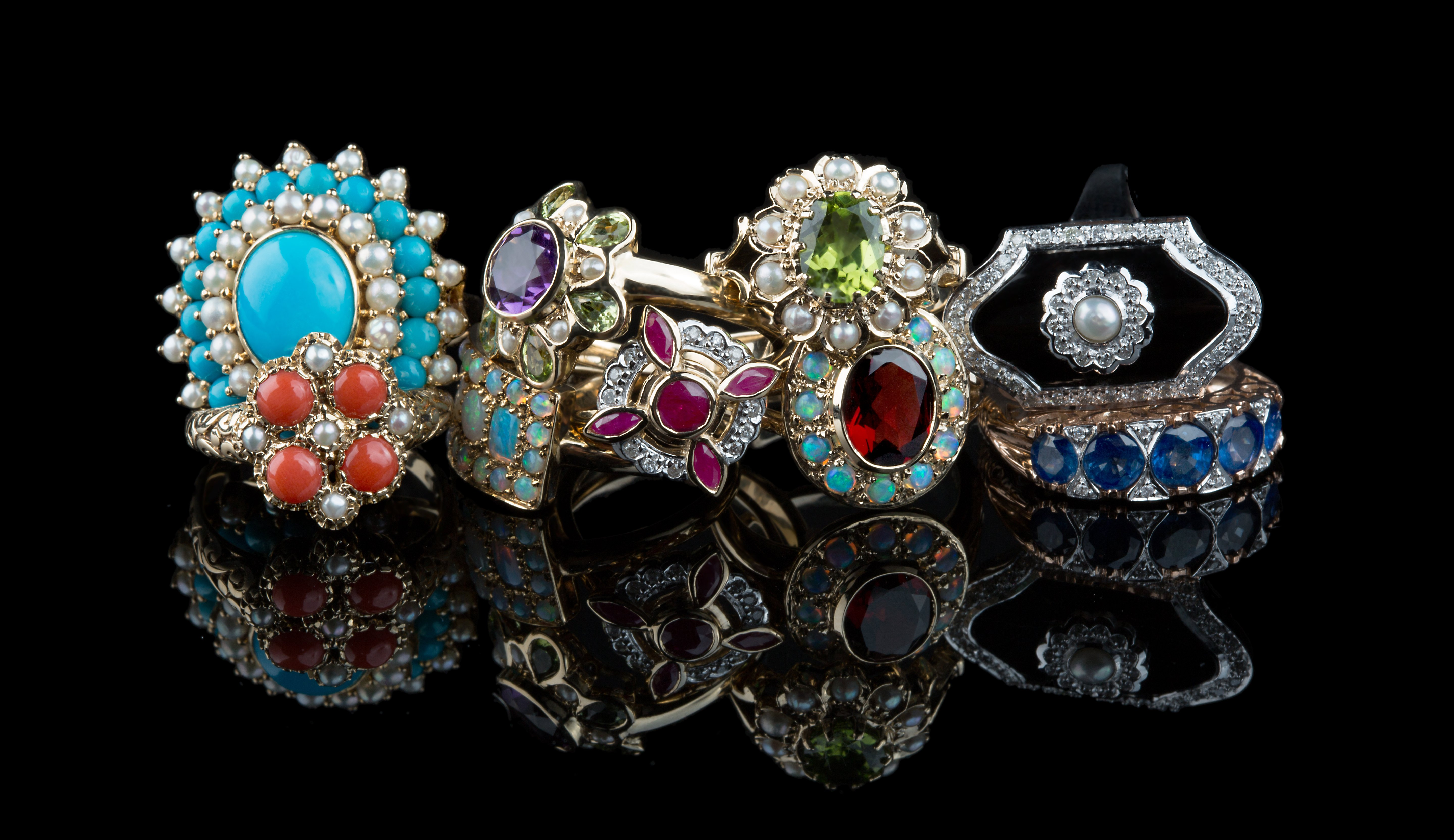 A selection of vintage jewellery