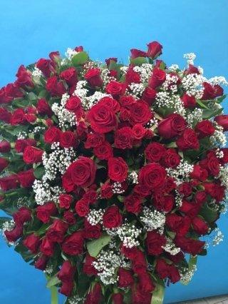 corona di rose rosse