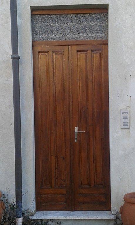 vista frontale di porta esterna in legno