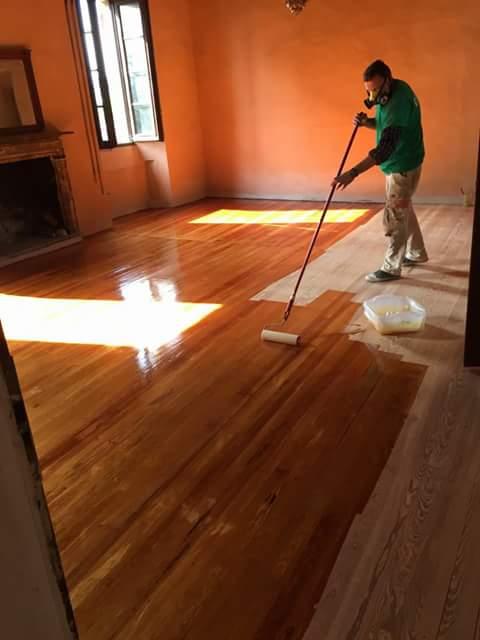 operaio mentre lucidatura del pavimento in legno di una casa