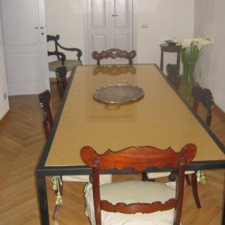 vista laterale di un lungo tavolo con sedie