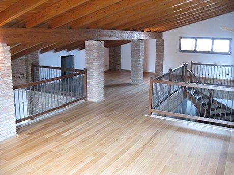 soffitto in legno con parapetto di scala e pavimento in legno