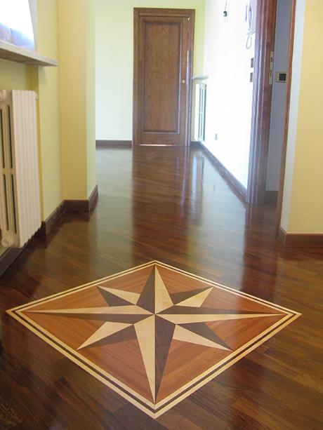 pavimento in legno con un disegno , parete gialla e porte interni in legno