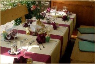 Tavolo imbandito per un pranzo cerimoniale