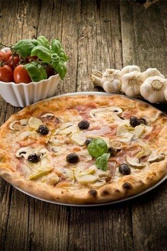 Pizza con prosciutto e funghi.