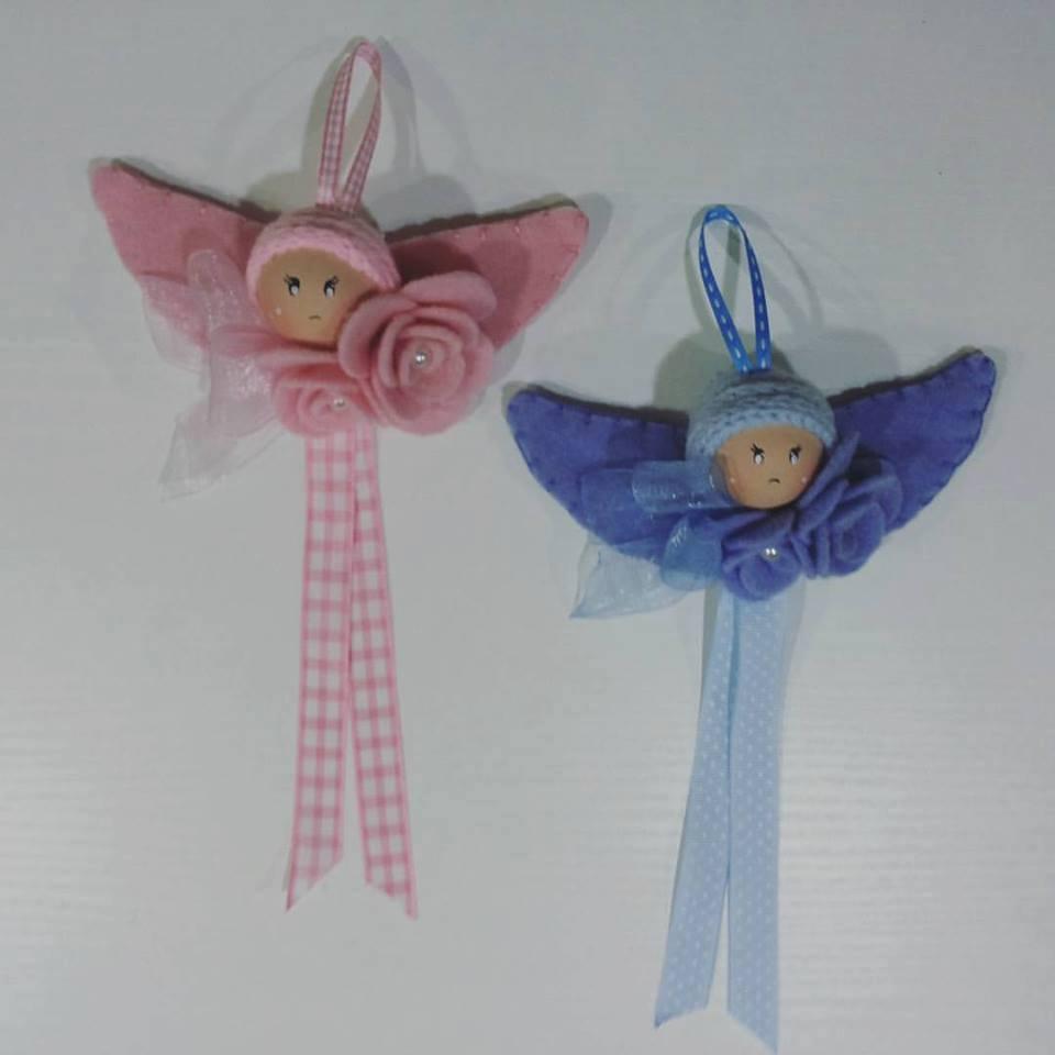 Due fiocchi con delle faccie di due bambini di color rosa e azzurro