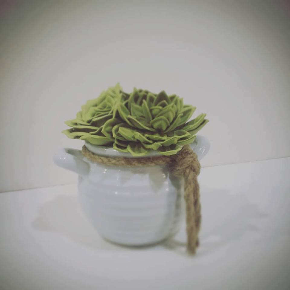 Delle foglie verdi su un tappo di un barattolo legato con dello spago
