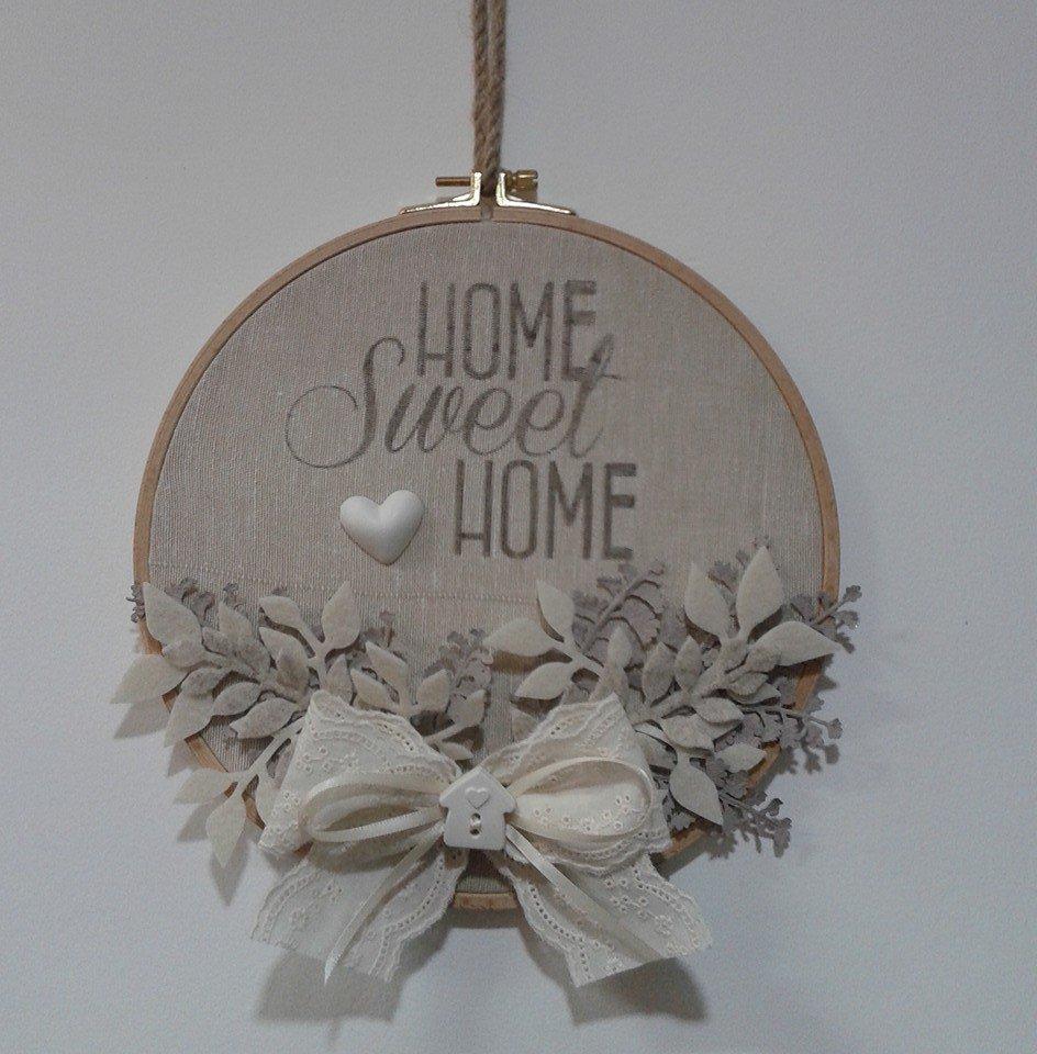 Una creazione a forma circolare con scritto home sweet home con un fiocco