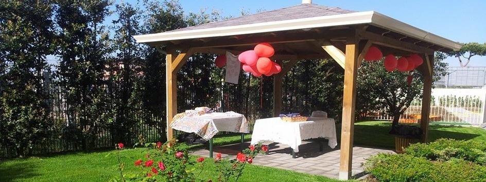 Tavoli nel giardino di una villa di riposo