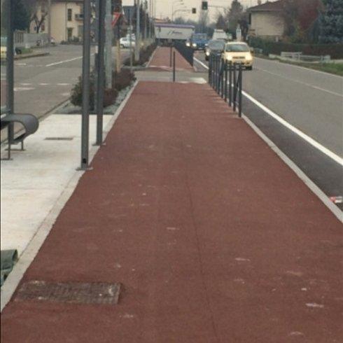 strada con marciapiede