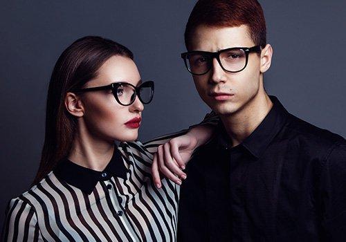 Coppia con occhiali di design in stile Anni '60