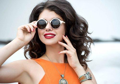 Ragazza con occhiali di design in stile Anni '60