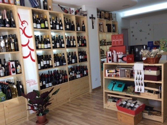 vista interna di un negozio con bottiglie di vini sullo scaffale