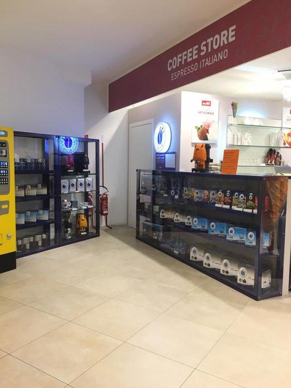 vetrine con prodotti per caffè esposti