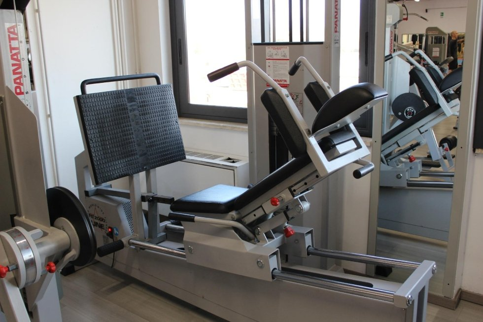 Sala pesi con personal trainer a disposizione