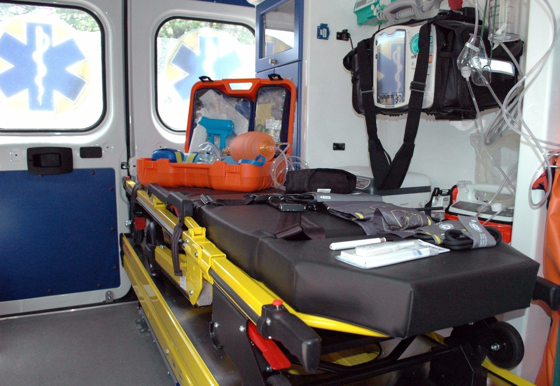 lettino e dispositivi medici all'interno dell'ambulanza