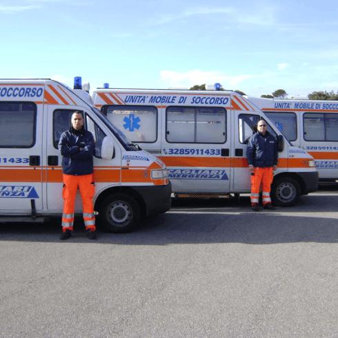 volontari davanti a due ambulanze