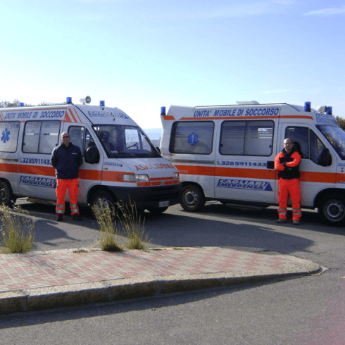 due ambulanze e due operatori sanitari