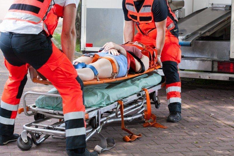 due paramedici soccorrono una donna