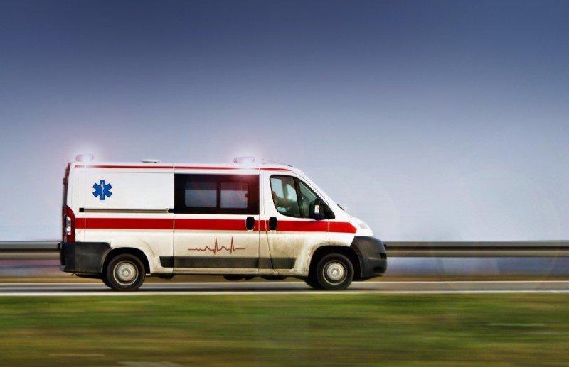 ambulanza su una strada