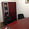ufficio con sedie e tavoli