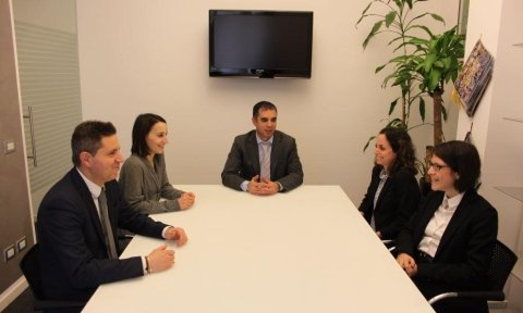 avvocati seduti nel studio legale