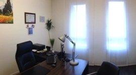 ufficio di studio legale con tavolo e sedia