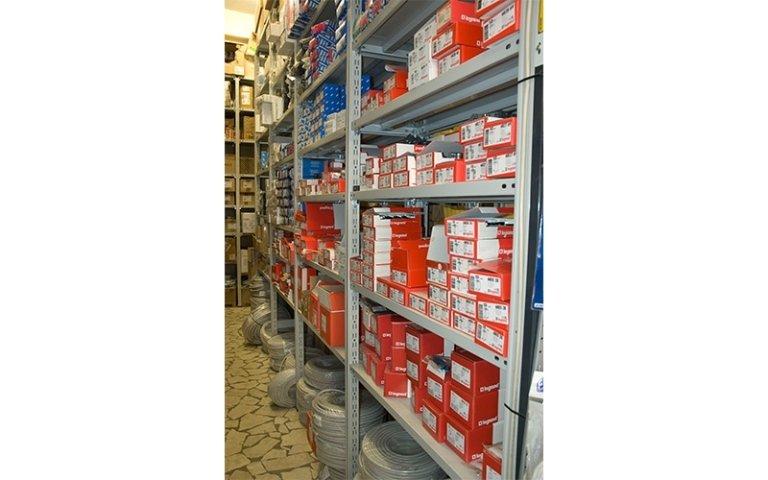 vista laterale di uno scaffale con utensili e confezioni di materiale elettrico