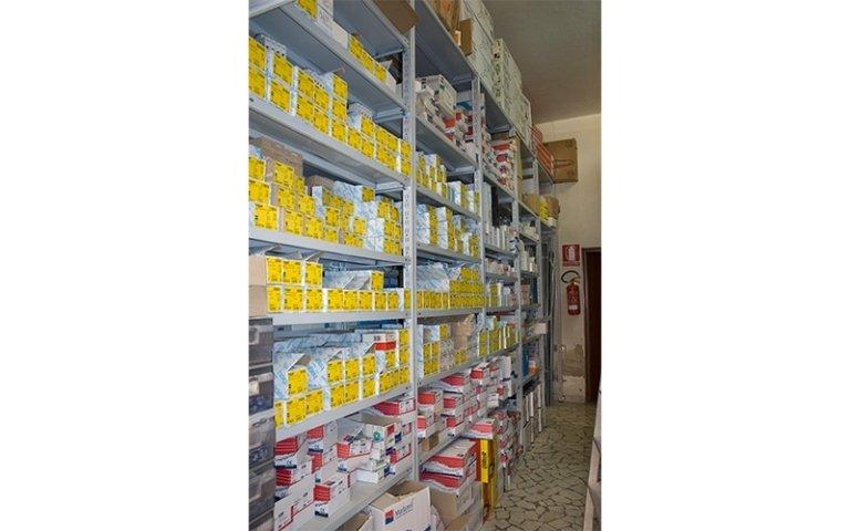 scaffale con contenitori gialli che contengono materiale elettrico