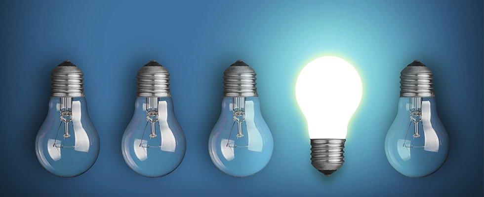 cinque lampadine di cui una accesa