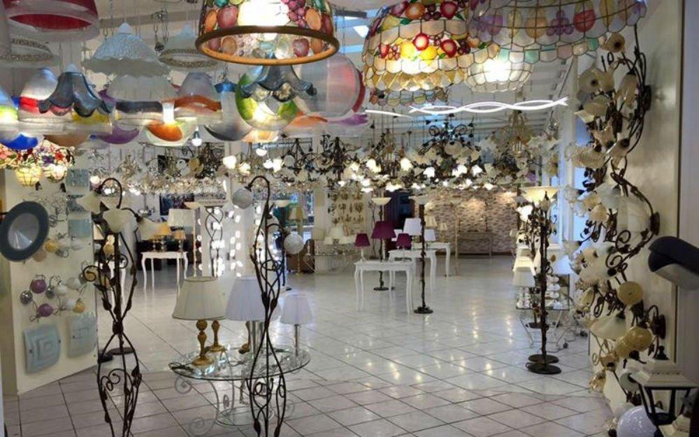 interno di un negozio di illuminazione