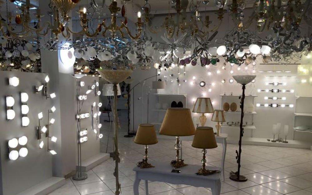 delle lampade da terra e dei lampadari