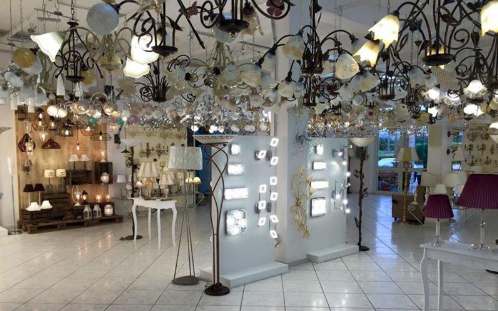interno di un negozio con lampadari e lampade