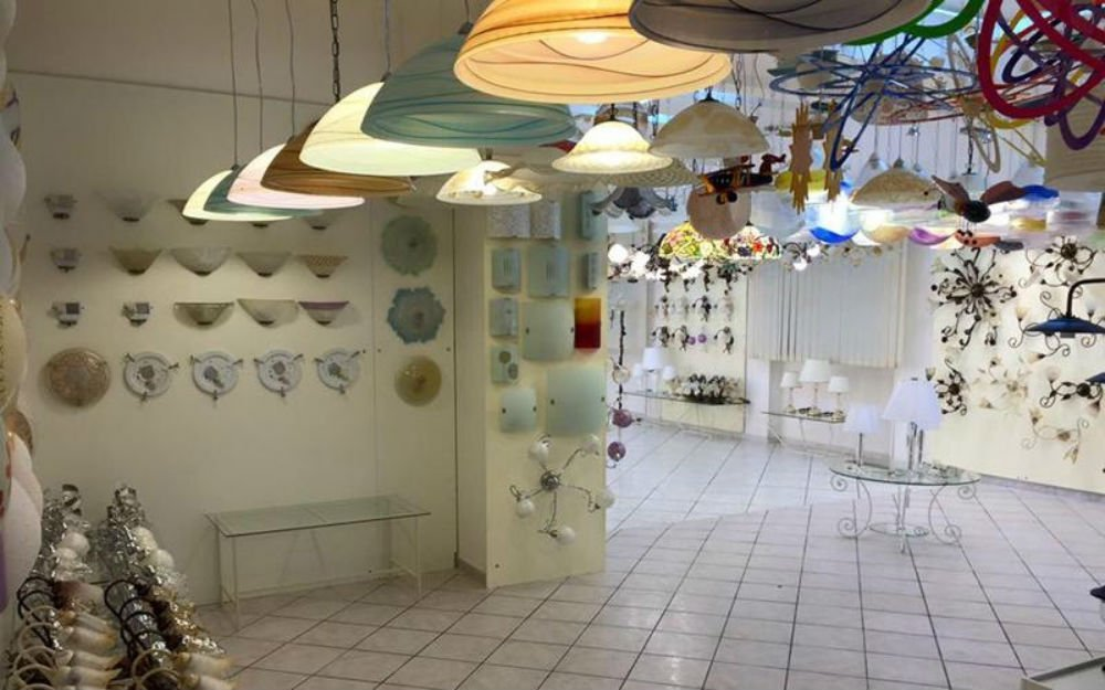 dei lampadari colorati e delle plafoniere
