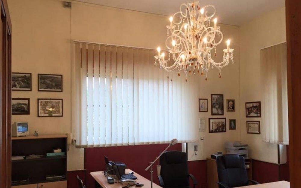un lampadario in un ufficio