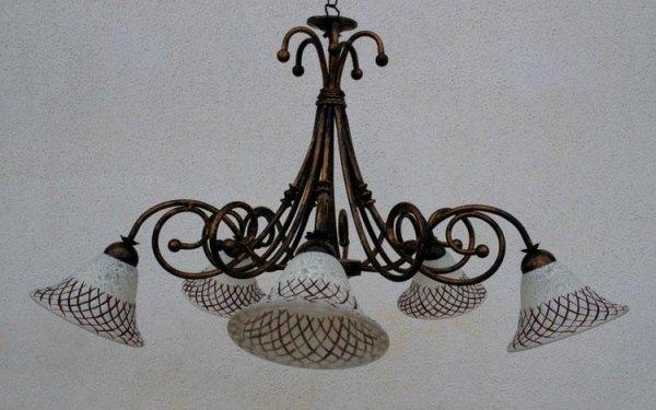 lampadario in bronzo con paralumi bianchi e rossi