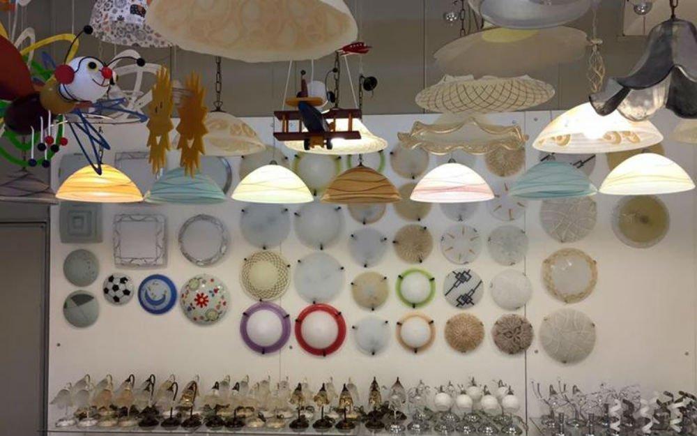 delle plafoniere e dei lampadari di diversi colori
