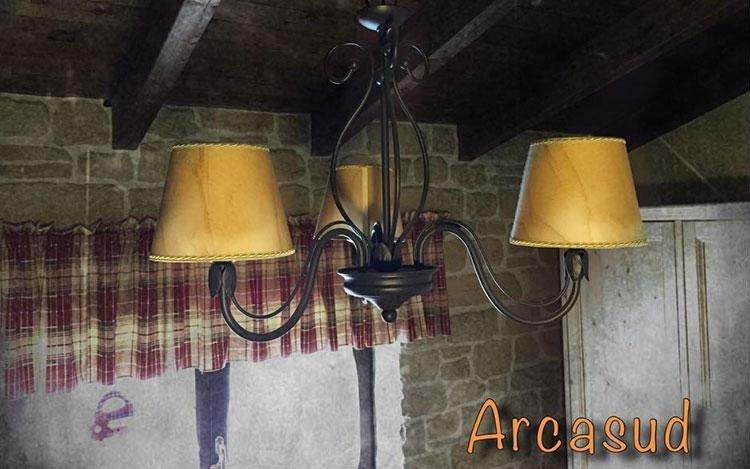 lampadario in ferro battuto con paralumi