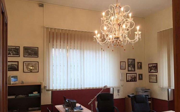 un ufficio con un lampadario bianco