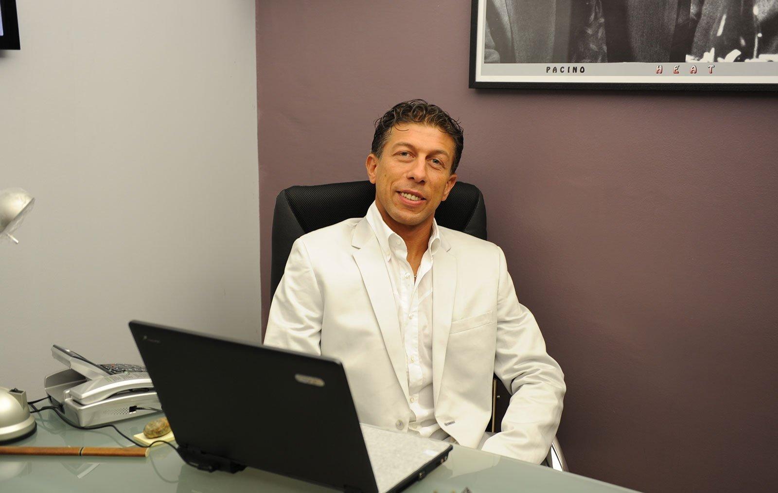 un uomo sorridente alla scrivania