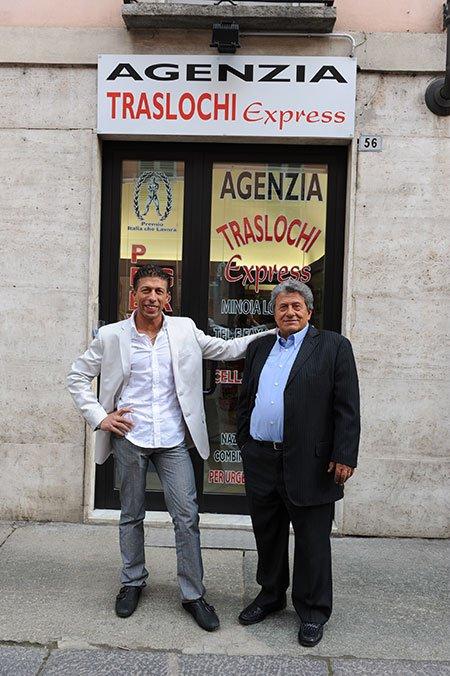 due uomini davanti all' Agenzia Traslochi Express