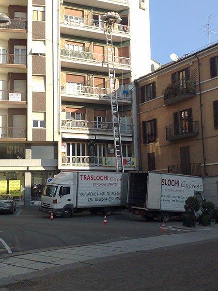 dei camion dei traslochi vicino a un condominio
