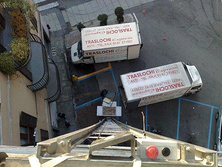 vista dall'alto verso il basso dei camion dei traslochi