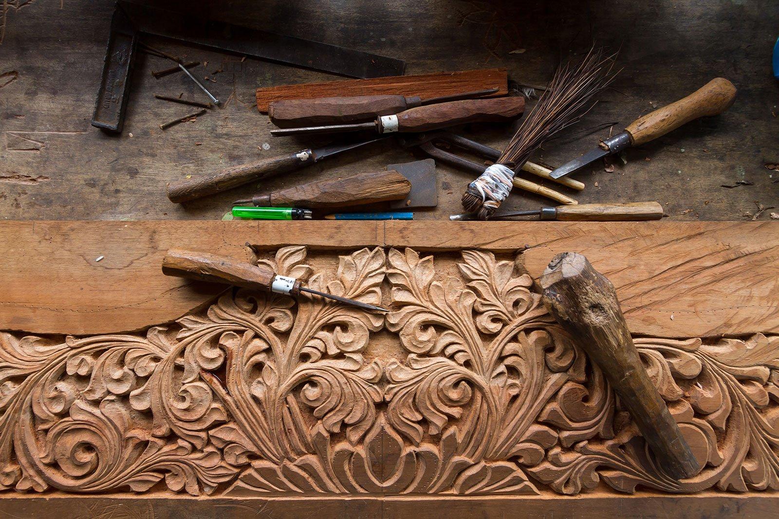 delle finiture scolpite in legno e degli attrezzi