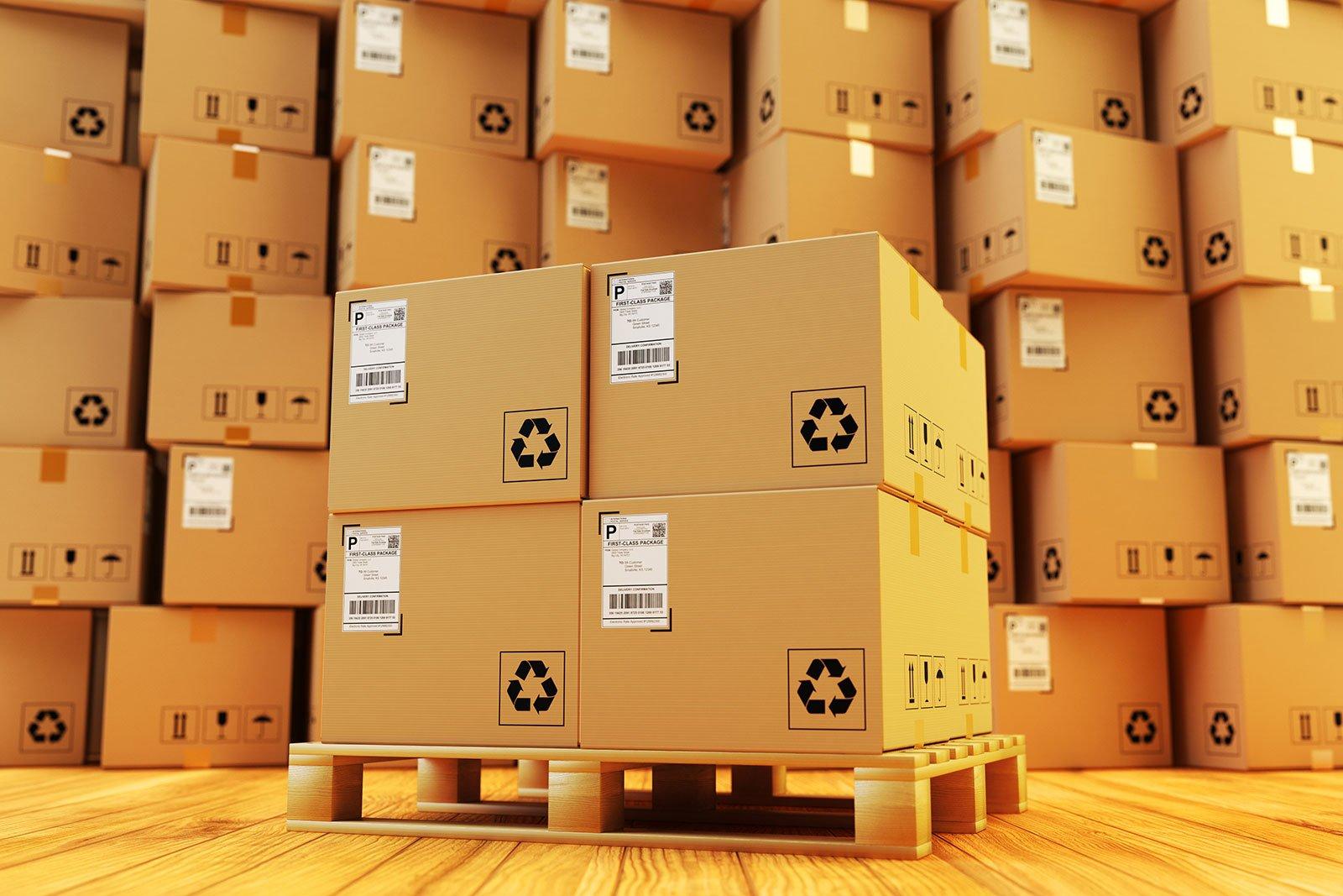 degli scatoloni su dei bancali