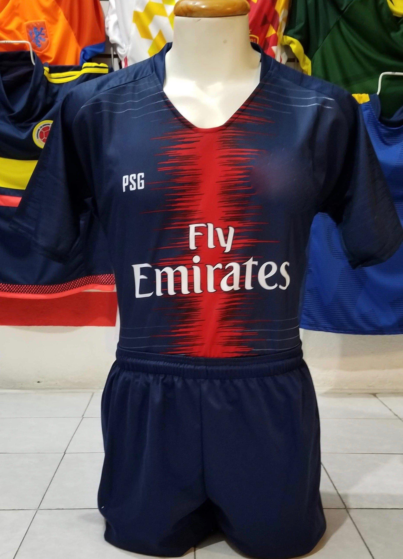 d2a90e1cdc7d3 Los shorts se conjuntan en azul marino y calcetas del mismo color. Uniforme  PSG Local 2018 2019
