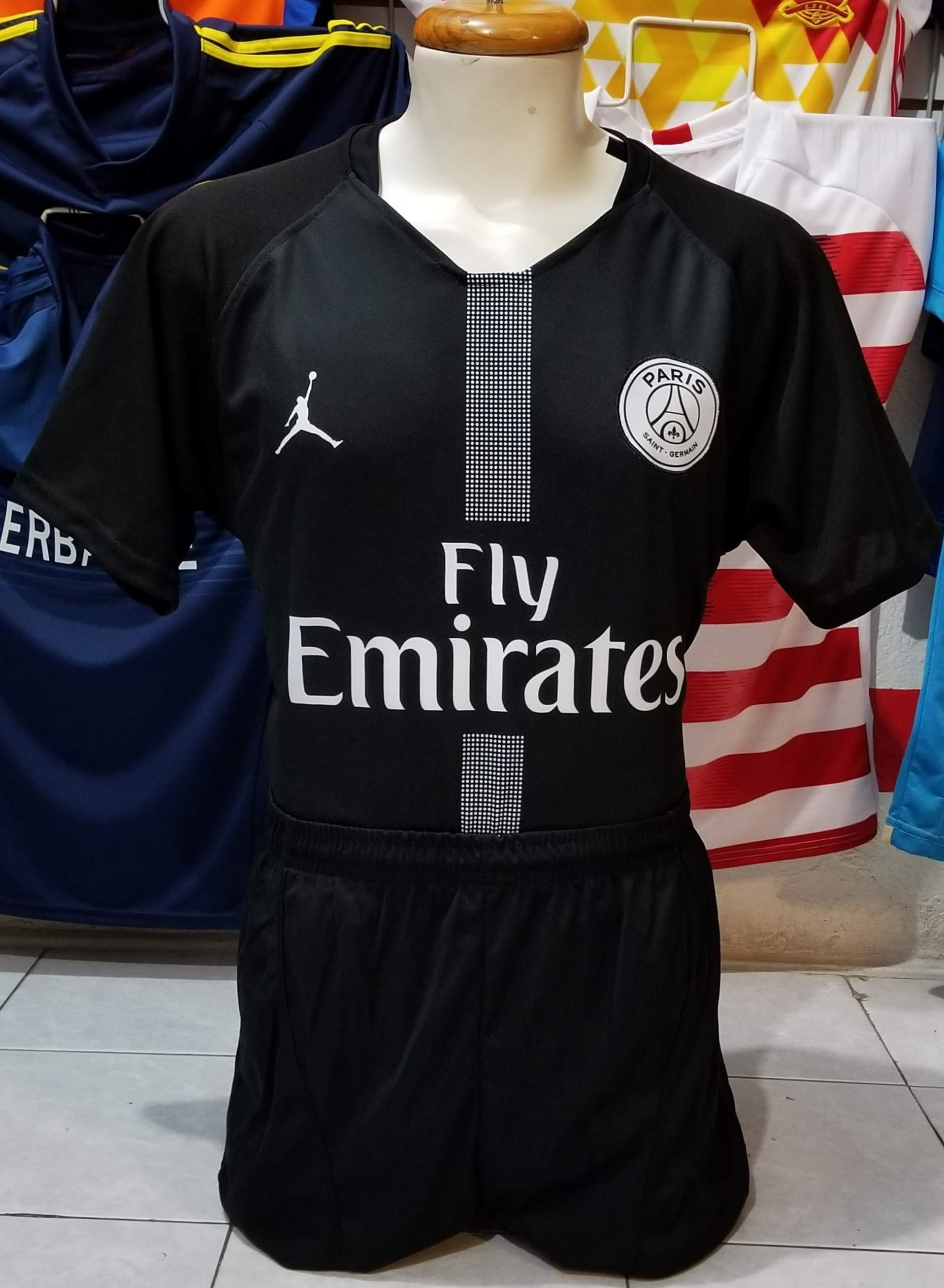 A la venta ya los 3 uniformes del Paris St. Germain 2018 9818d507bb2a1